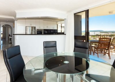 Broadwater Accommodation kitchen and dining area