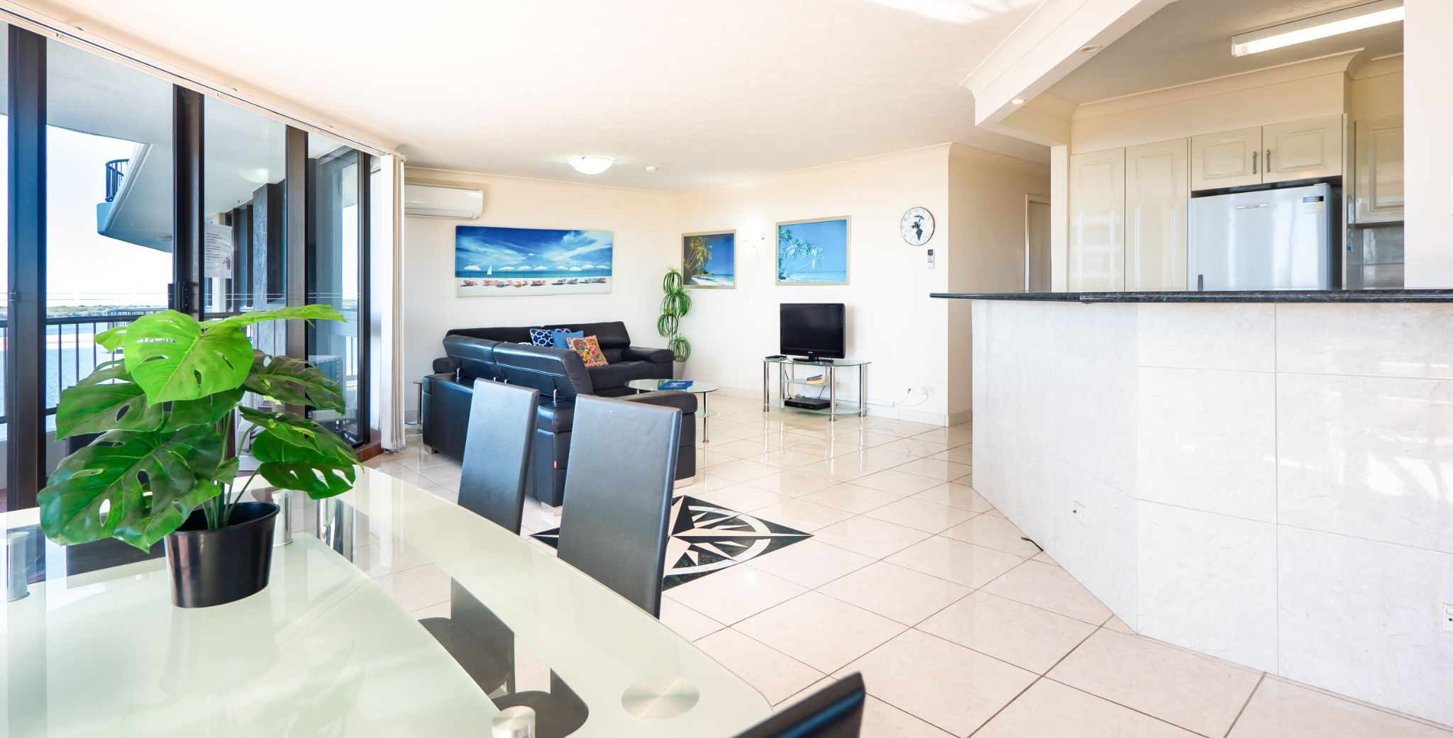 Broadwater Accommodation Open plan living/dining area